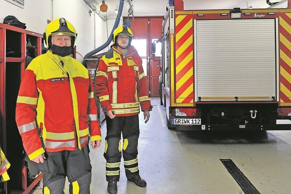 Siegbert Glowna (li.) und Holger Leue von der Freiwilligen Feuerwehr Weißkeißel präsentieren die neue Einsatzbekleidung, die jetzt geliefert wurde.