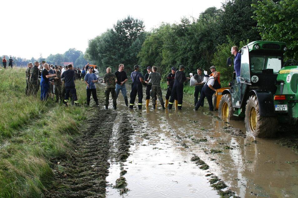 Zwischen Zentendorf und Steinbach stapelten Soldaten der Bundeswehr, Kameraden der Freiwilligen Feuerwehr und Angehörige des Technischen Hilfswerks Sandsäcke, um den Damm zu halten und den nahegelegenen Martinshof zu schützen. Das gelang.
