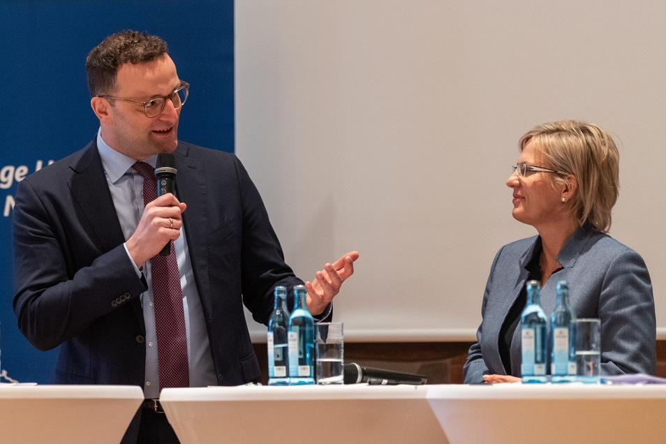 Jens Spahn (CDU,l), Bundesminister für Gesundheit, spricht neben Barbara Klepsch (CDU), Gesundheitsministerin von Sachsen bei einer Veranstaltung im März in Dresden.