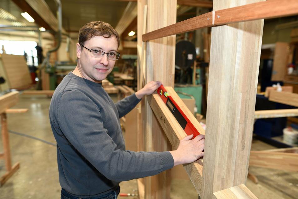 Thomas Pötschke am Holzaufbau einer Treppenhausverglasung für eine Berliner Hochschule.