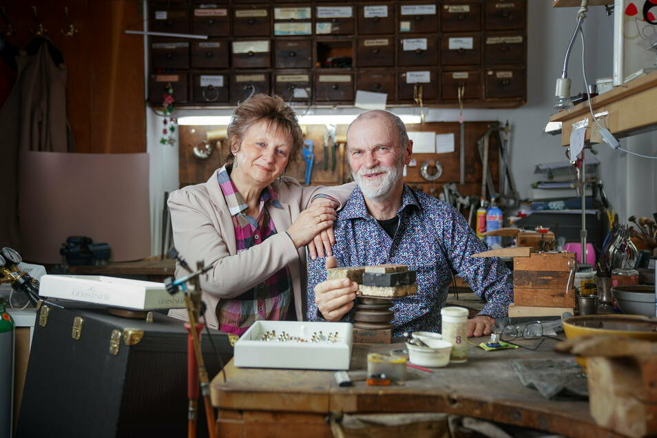 Elke und Carl Schelle betreiben seit 30 Jahren ihre Goldschmiedewerkstatt in Radeberg. 2022 wird die nächste Generation das Geschäft übernehmen.