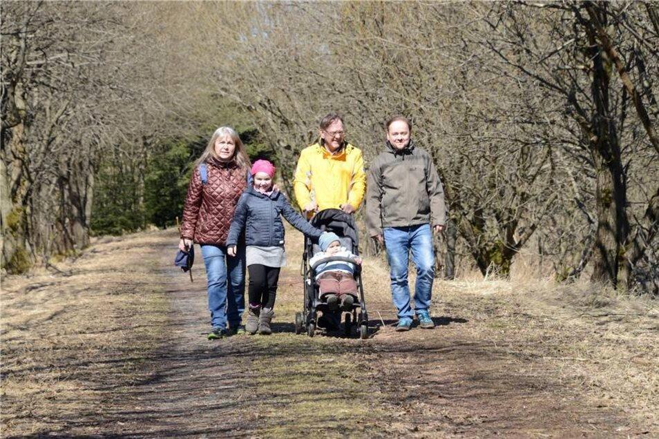 Familie Gephard aus Dresden macht bei Zinnwald eine Frühlingswanderung.