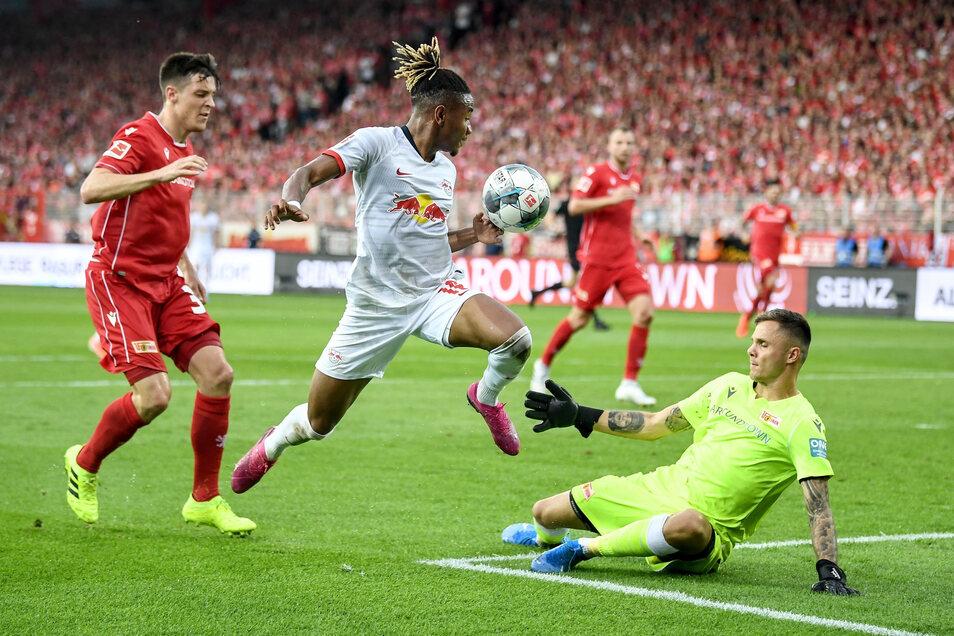 Leipzigs Christopher Nkunku (Mitte) erzielt bei seinem ersten Bundesliga-Einsatz gleich sein erstes Tor.
