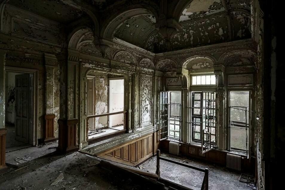 ...so etwa im stattlichen Treppenhaus, das trotz abplatzender Farbe noch heute den großbürgerlichen Lebensstil des 19. Jahrhunderts vermittelt...
