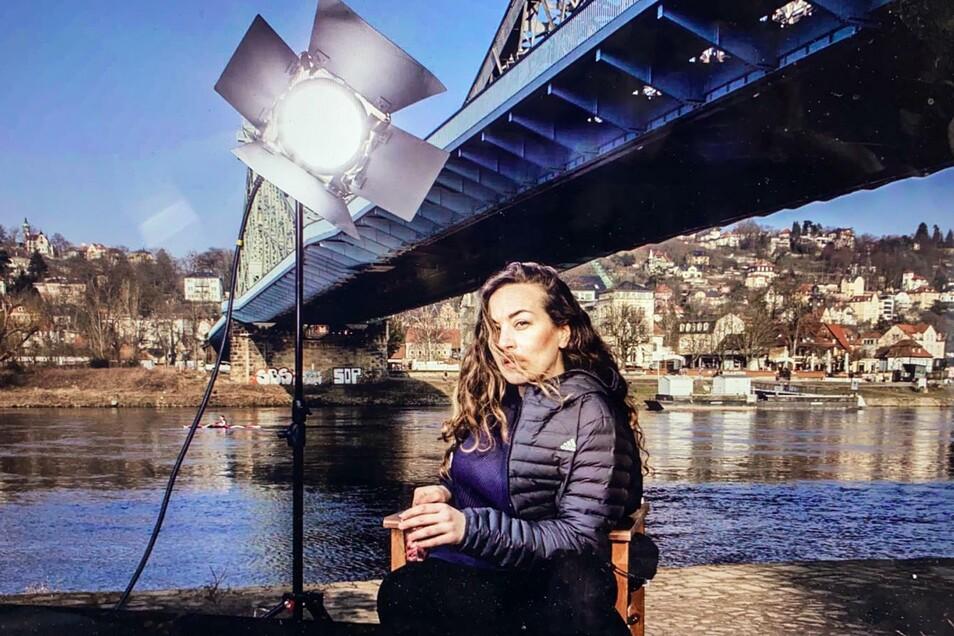 Selbstporträt: Esra Rotthoff am Blauen Wunder.