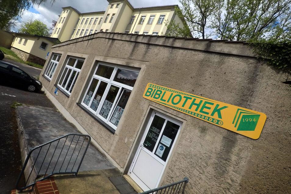 An dem Gebäude, in dem die Stadtbibliothek Roßwein untergebracht ist, sollte eigentlich viel mehr als das Dach instand gesetzt werden. Doch dabei muss es womöglich blieben.