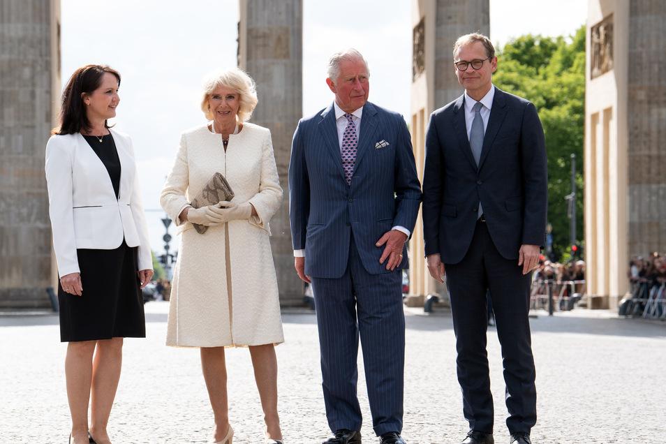 Prinz Charles (2.v.r.) und seine Frau Herzogin Camilla (2.v.l.) stehen zusammen mit Michael Müller (SPD), Regierender Bürgermeister von Berlin, und seiner Frau Claudia unter dem Brandenburger Tor durch über den Pariser Platz.