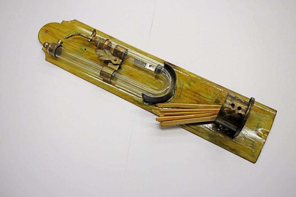 """""""Dieses Feuerzeug ist ein Replikat eines Reisefeuerzeugs von Döbereiner"""", erklärt Horst Schäfer. """"Bisher habe ich noch kein Original davon gesehen, auch nicht in der Fachliteratur. Der Nachbau erfolgte aufgrund einer Zeichnung. Die Funktion ist die gleiche wie bei anderen Döbereinerfeuerzeugen, also mit Zink und Schwefelsäure."""""""