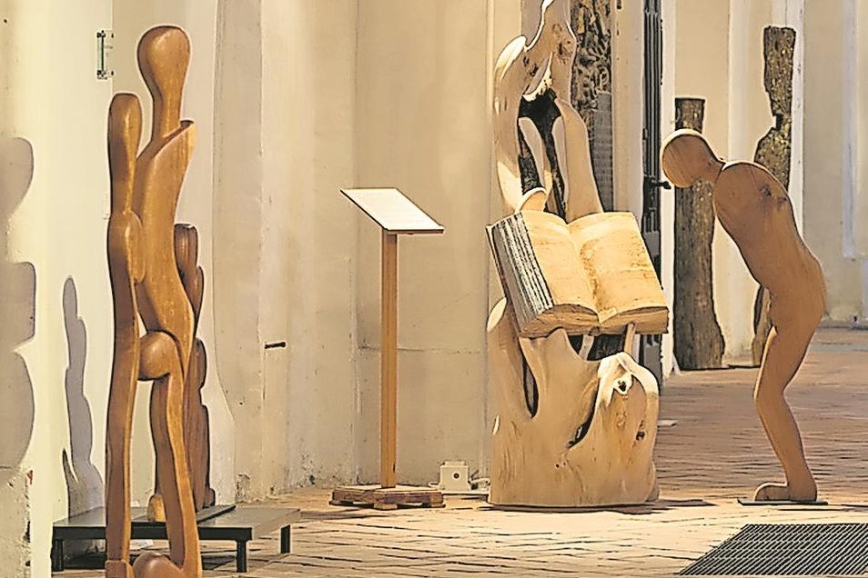 In der Oberkirche St. Nikolai in Cottbus: Holz-Skulpturen von Thomas Schwarz.