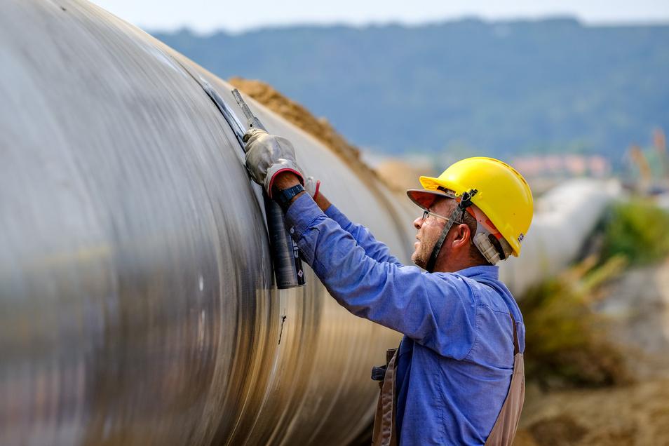 Die Leitung besteht aus 18 Einzelrohren, von denen jedes einzelne 15 Tonnen wiegt und 18 Meter lang ist.Zehn Rohrverleger waren nötig, um die Leitung genau zu positionieren.