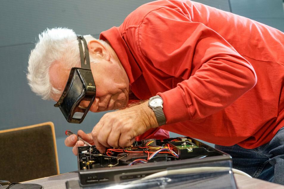 Beim Plattenspieler hat Rainer Klatte den Fehler schnell gefunden und justiert die Mechanik für den Tonarm.