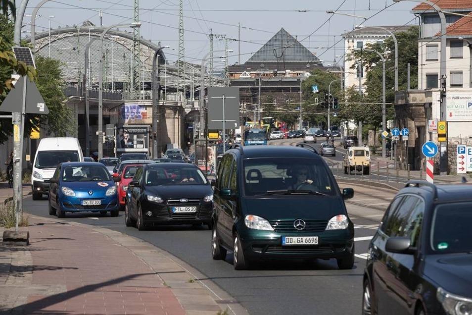Die Fahrbahn der Marienbrücke für Autofahrer auf der Neustädter Seite ist jetzt einspurig. Foto: Sven Ellger