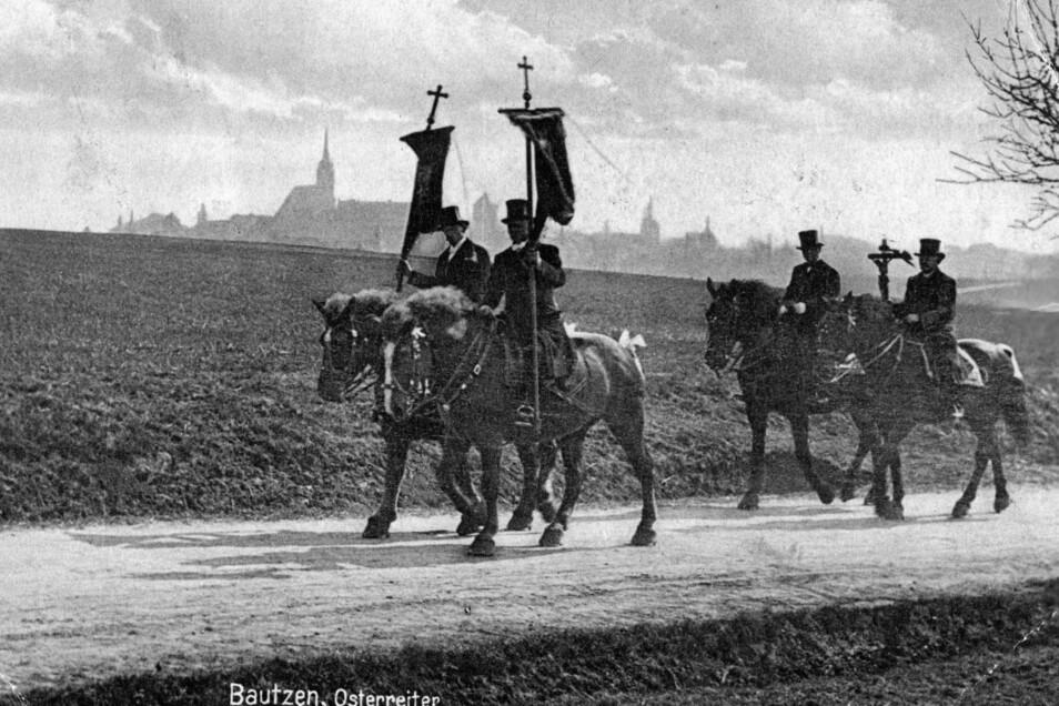 Die Bautzener Osterreiter vor den Toren von Bautzen. Die Aufnahme stammt von einer historischen Postkarte. Diese wurde 1936 verschickt.