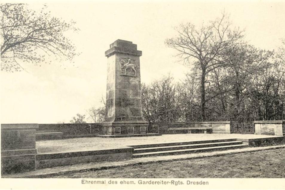 Auch die Reste des einstigen Denkmals werden gesäubert. Abbildung: Kartensammlung H. Naumann
