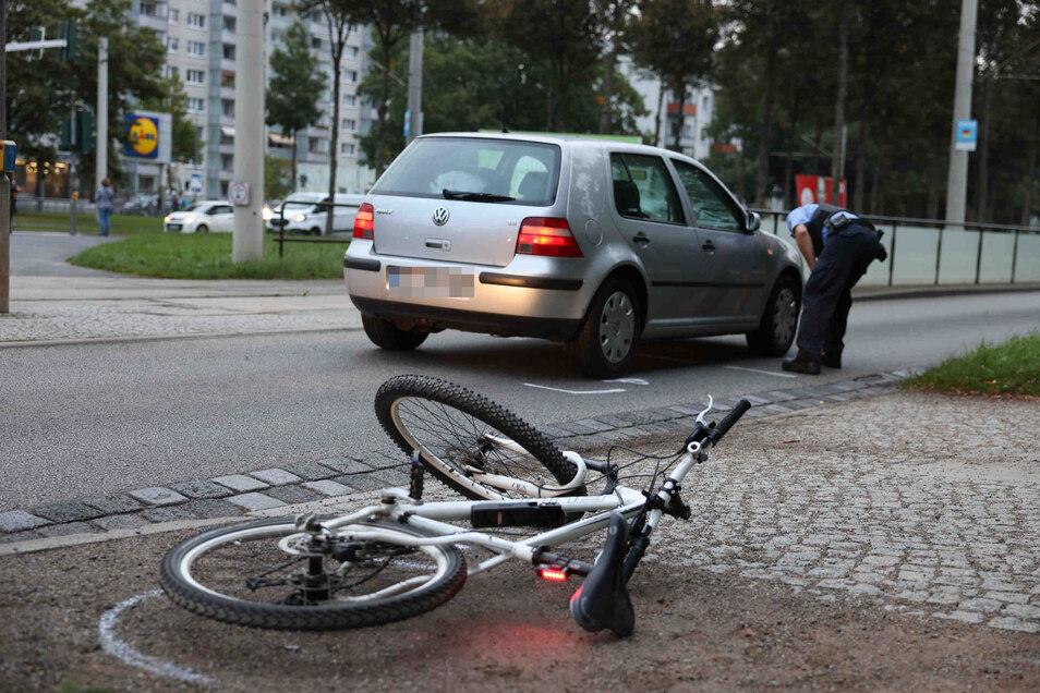 Wie es zum Zusammenstoß eines Autos mit einem Fahrrad auf der Stübelallee in Dresden kam, ist noch nicht geklärt.