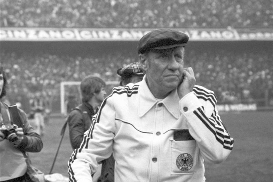 Im Rahmen ihrer Südamerikareise bestreitet die deutsche Fußballnationalmannschaft am 5. Juni 1977 ein Testspiel gegen die Nationalmannschaft Argentiniens in Buenos Aires. Der Trainer der deutschen Fußballnationalmannschaft, Helmut Schön, aufgenommen vor Spiel.