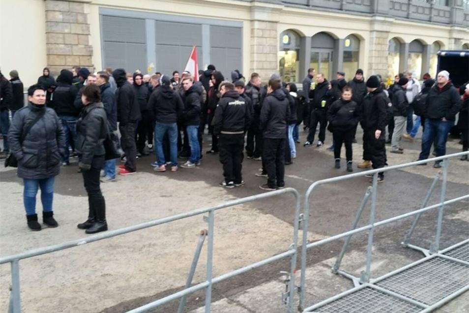 Die Rechtsextreme versammeln sich gegen 16 Uhr am Hauptbahnhof. Von dort wollen sie offenbar durch die Südvorstadt ziehen.