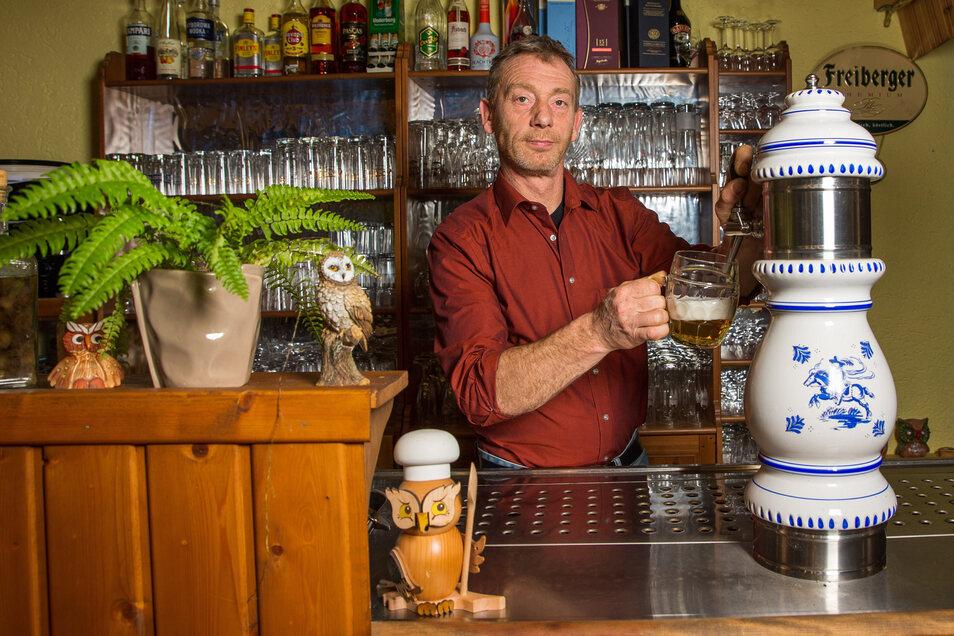 Heiko Hesse, Wirt der Kräuterbaude in Saupsdorf öffnet am Wochenende für den Straßenverkauf.