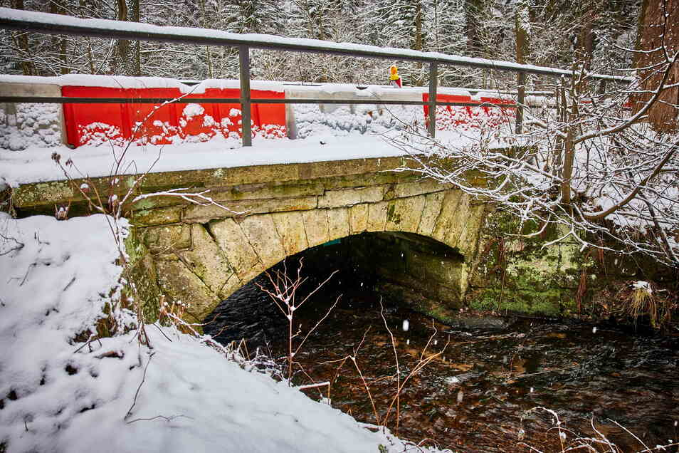 Schnee von gestern? Wegen der gesperrten Brücke im Bielatal müssen Anwohner seit Januar Umleitung fahren. Nur wie lange noch?