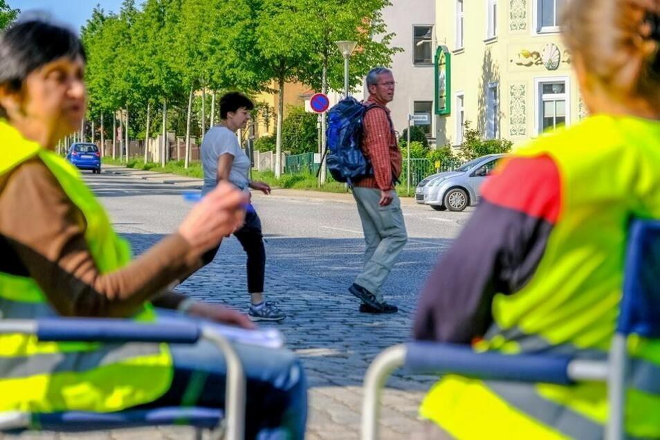 Im Frühjahr 2018 hatte der Moritzburger Ortschaftsrat in Höhe des Lindengartens eine Zählung von Fußgängern und Fahrzeugen organisiert. Am Ende lehnte die Verkehrsbehörde erneut einen Fußgängerüberweg an dieser Stelle der Schlossallee ab. Aber vi