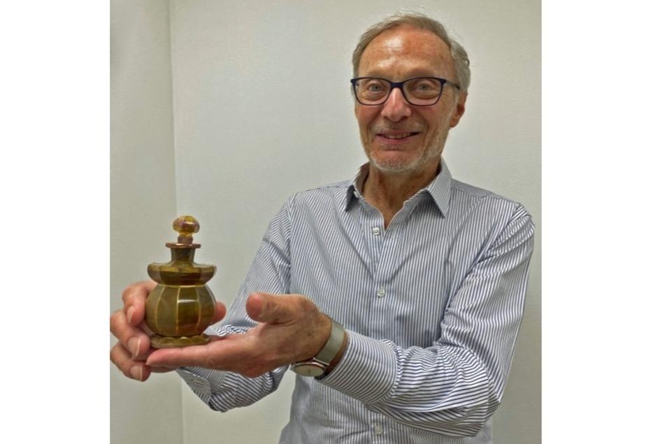 David Logan zeigt das an ihn zurückgegebene Glas. Er hat das dem Sydney Jewish Museum gestiftet.