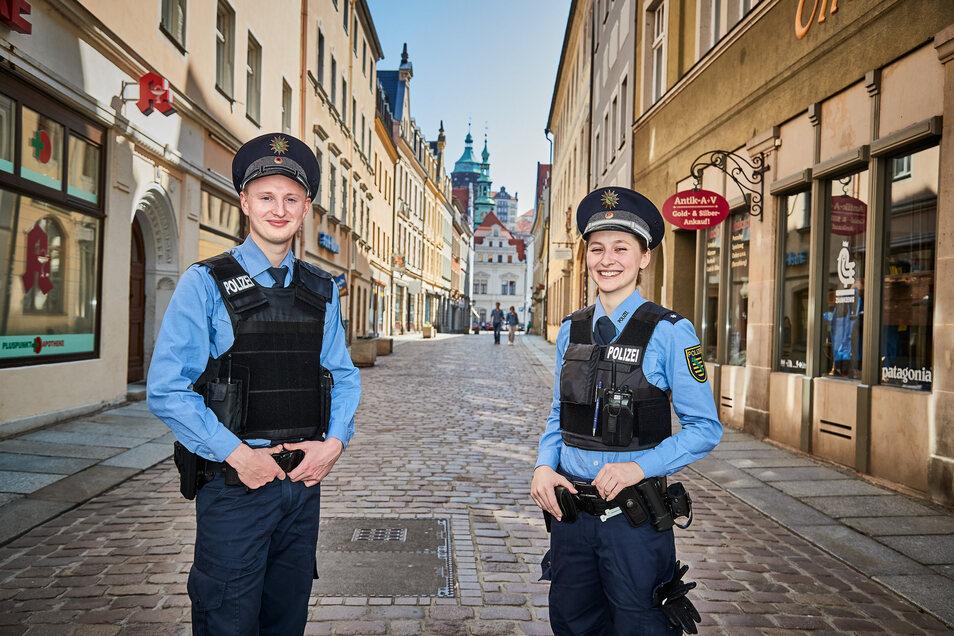 Gemeinsam einsam: Die Streifenpolizisten Tobias und Nathalie patrouillieren durch Pirnas ausgestorbene Altstadtgassen.