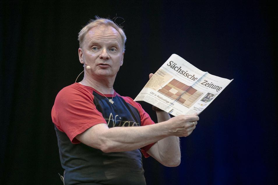 Uwe Steimle mit der Sächsischen Zeitung.