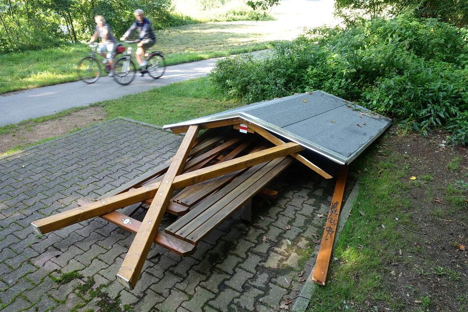 Unbekannte haben den Rastplatz am Mulderadweg zwischen Technitz und Großbauchlitz zerstört. Einen Ersatz wird es wohl so schnell nicht geben.