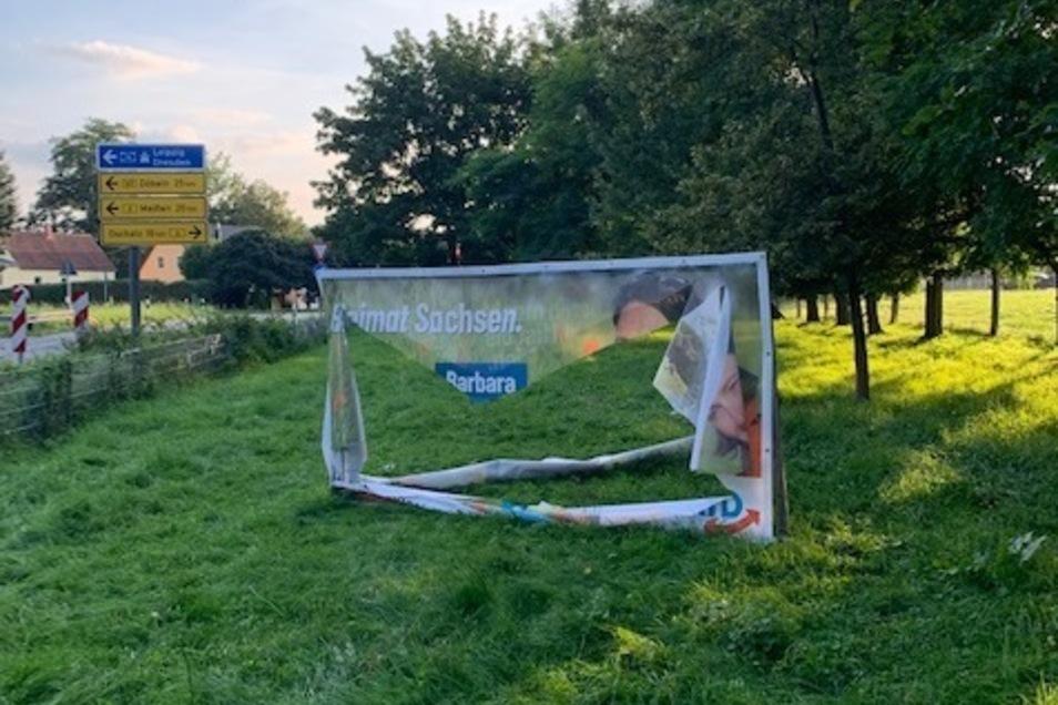 Zerschlitzt: die AfD-Werbeplante auf einem privaten Grundstück an der B 6 bei Riesa.