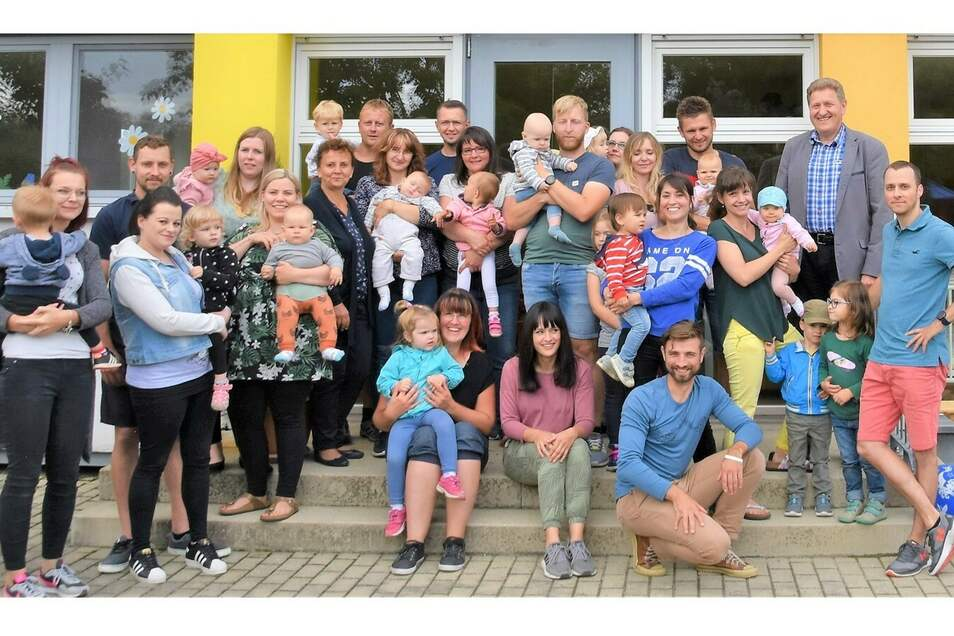 Insgesamt 27 neue Rosenbacher gab es 2019 und 2020 - auf dem Bild beim Babytreffen mit Bürgermeister Roland Höhne (oben rechts) sind nicht alle zu sehen.