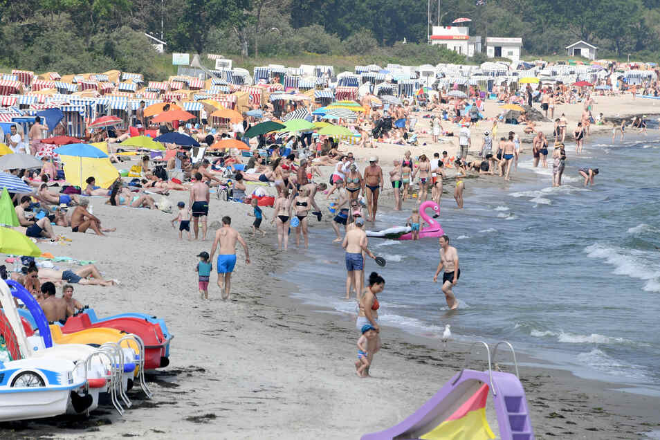 Schleswig-Holstein, Timmendorfer Strand: Besucher bevölkern den Strand der Ostsee.
