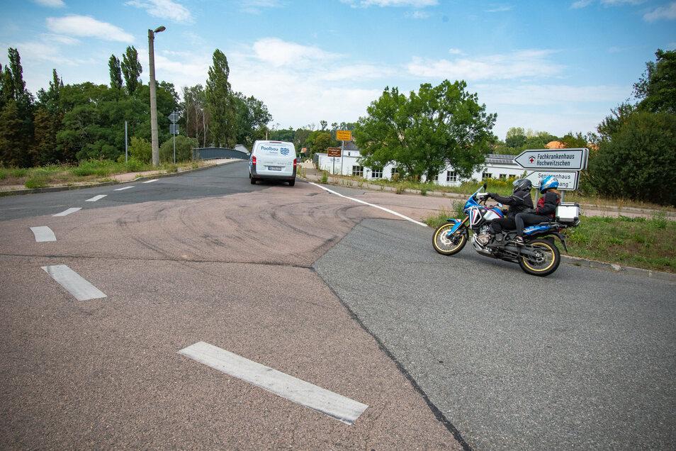 Vor der Brücke in Technitz haben schwere Laster auf der Kreisstraße Spurrinnen ausgefahren. Aber wann wird der Schaden repariert?