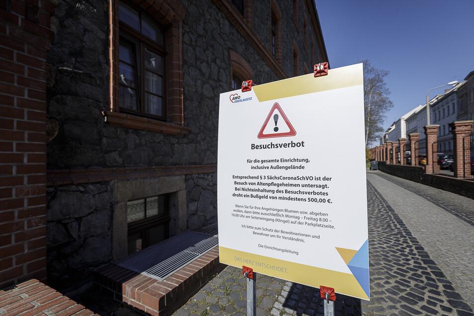 Mit diesem großen Schild weist das Awo-Altenheim auf der Görlitzer Krölstraße auf das Besuchsverbot hin.