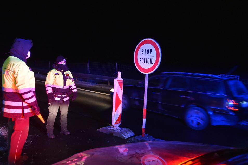 Überall in Tschechien gibt es nun Kontrollpunkte - so wie hier an der Autobahn D6 in der Region Karlsbad.