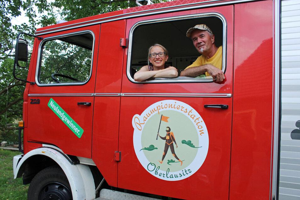 """n einem ehemaligen Feuerwehrauto sind sie für die Zukunft der Region auf Tour: Arielle Kohlschmidt und und Jan Hufenbach vom Projekt """"Raumpioniere""""."""