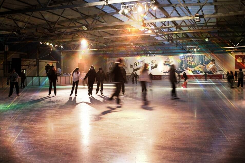 """Auf der Eisbahn im FEZ """"Hains"""" kommt es jeden Freitag zur traditionellen Eisdisko."""
