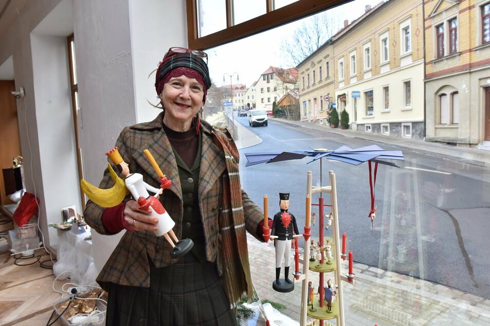 Jana Paula Herold hat die Fenster im leerstehenden ehemaligen Möbelgeschäft in der Dippser Bahnhofstraße mit Schaustücken aus ihrer Sammlung zu einem kleinen Museum gestaltet.