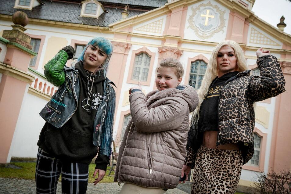 """Sarah, Elli und Johnny vor dem Kloster St. Marienthal. Ihre Eltern haben sie zu einer """"Erziehungskur"""" ins Kloster geschickt, ohne Handy, Schminke, Party, Alkohol und Zigaretten - eine Herausforderung."""