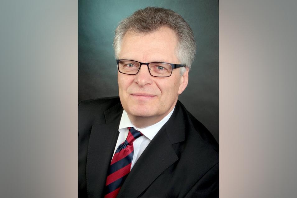 Alexander Baron von Schilling ist zertifizierter Knigge-Trainer. Der Investmentbanker lebt in der Nähe von Augsburg.