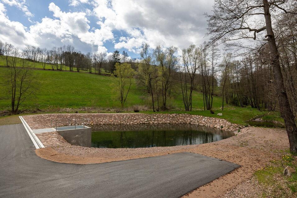 Dieses Rückhaltebecken unterhalb von Sadisdorf wurde neu aufgebaut, erweitert und als Löschwasserreserve gestaltet. Außerdem verhindert es, dass bei Hochwasser der Bahndamm oder die Bundesstraße überschwemmt werden.