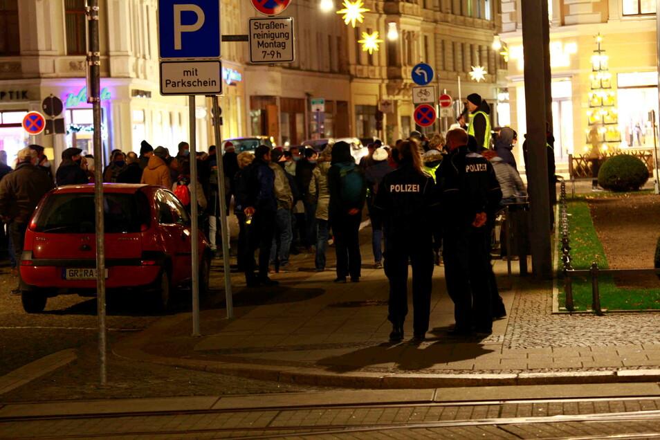 Immer wieder waren die Beamten auch beim Protest der Coronakritiker am Montagabend in Görlitz dabei.