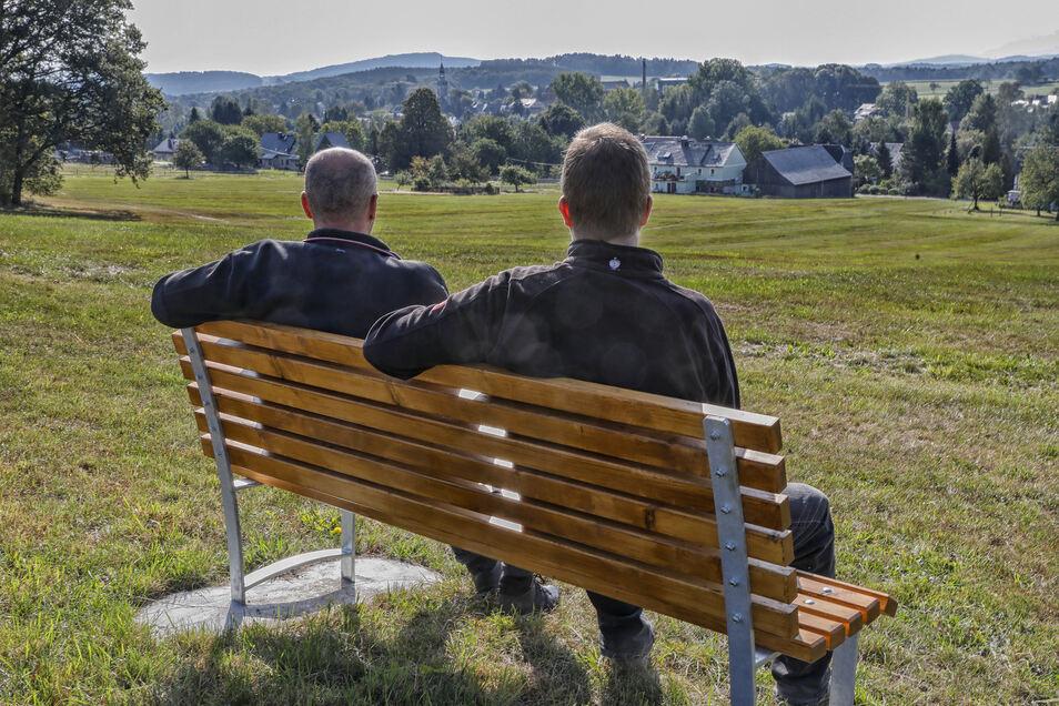 Ehrenamtliche pflegen die Lochbergaussicht in Schönbach. Doch es gibt immer wieder Ärger mit Randalierern.