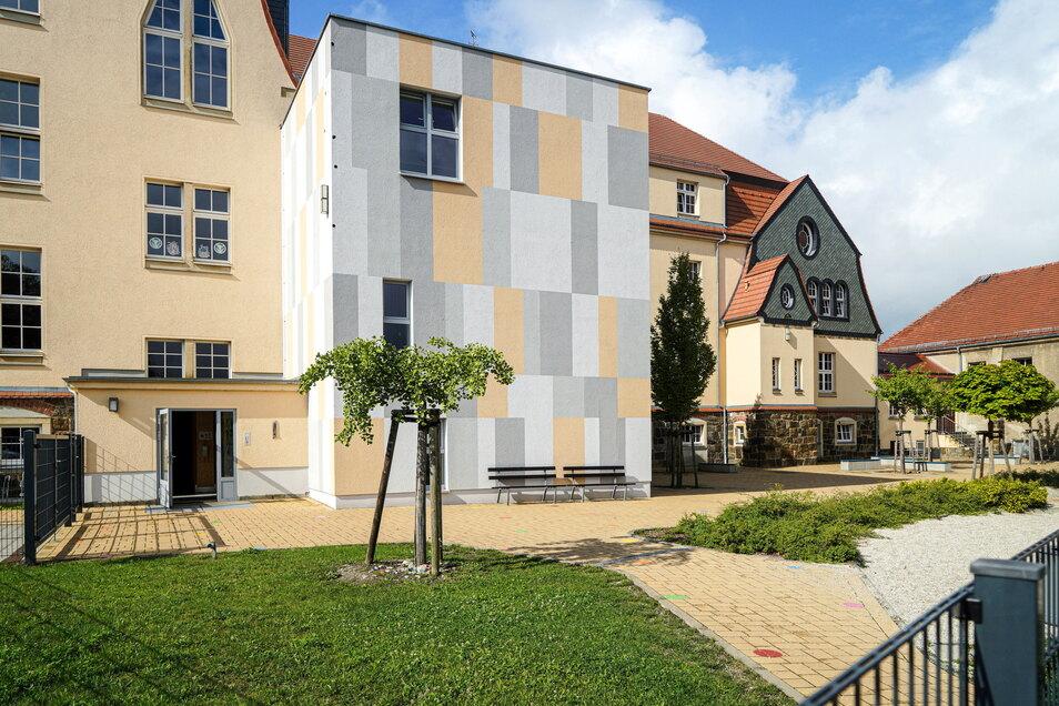 Die Grundschule in Neukirch/Lausitz wurde vor rund zehn Jahren mit einem Anbau für den Hort erweitert. Doch derzeit reichen die Plätze nicht aus und eine nächste Erweiterung steht zur Diskussion.