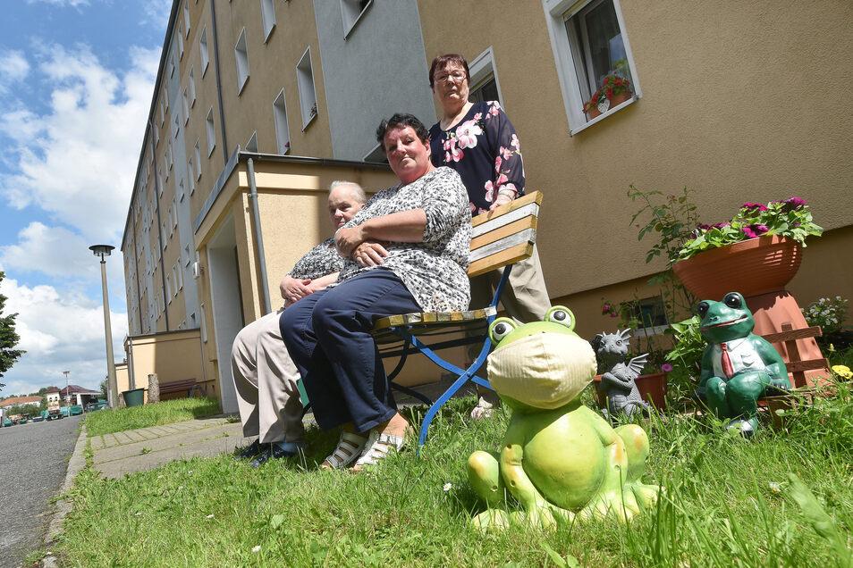 Rosemarie Sierke, Heidrun Großmann und Annegret Dulas vor ihrem Wohnblock in Zittau.