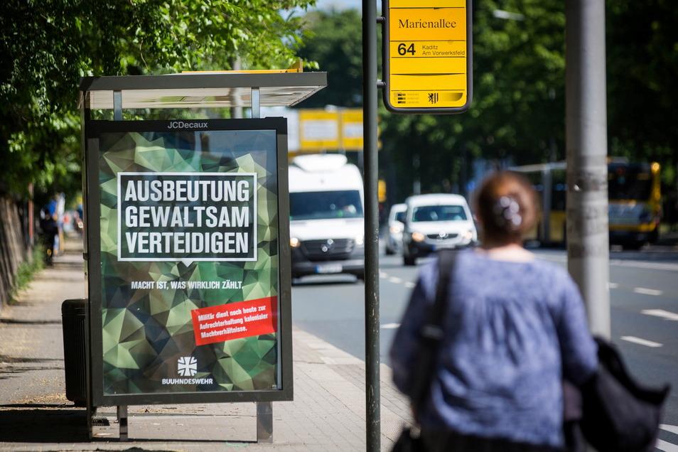 Ein bundeswehrkritisches Plakat an der Haltestelle Marienallee in Dresden.