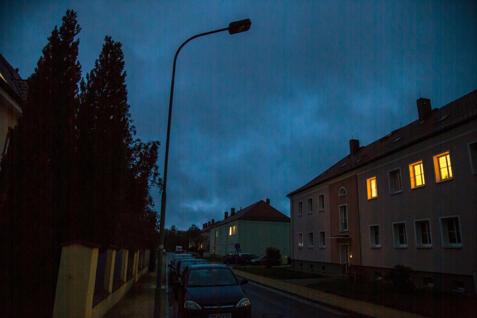 Die Zeit der Finsternis ist auch in der Schillerstraße vorbei. Strom liegt jetzt wieder an den Straßenlampen an.