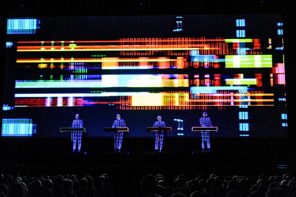 Ralf Huetter (l-r), Henning Schmitz, Fritz Hilpert und Falk Grieffenhagen der Band Kraftwerk bei einem Konzert.