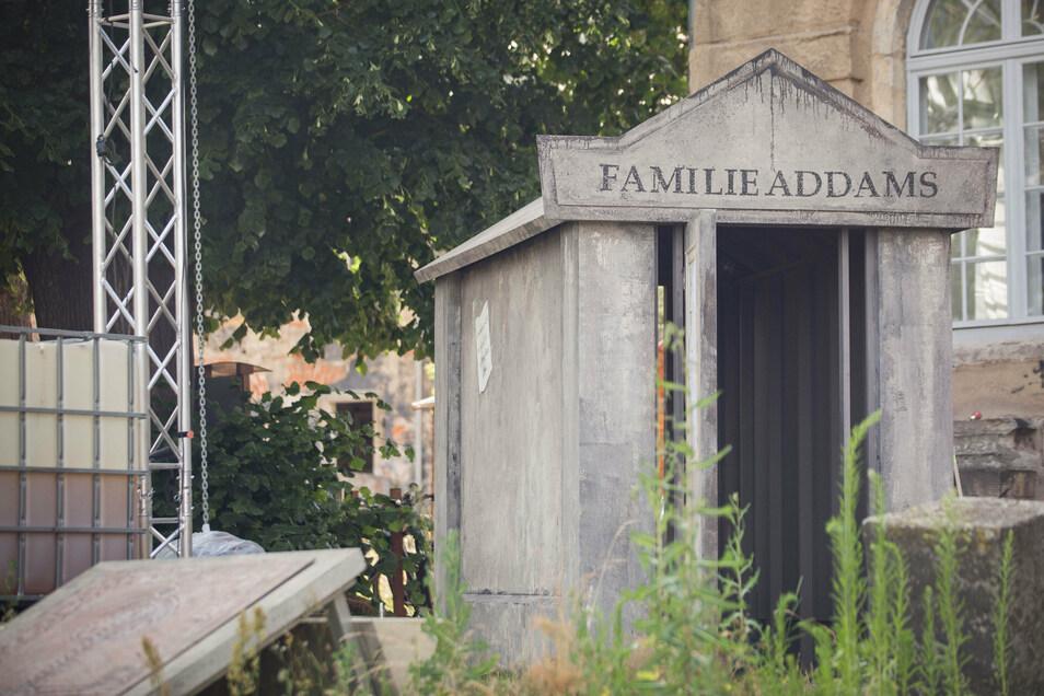 Die Familiengruft der Addams hat bereits ihren Platz vor dem Schloss gefunden.