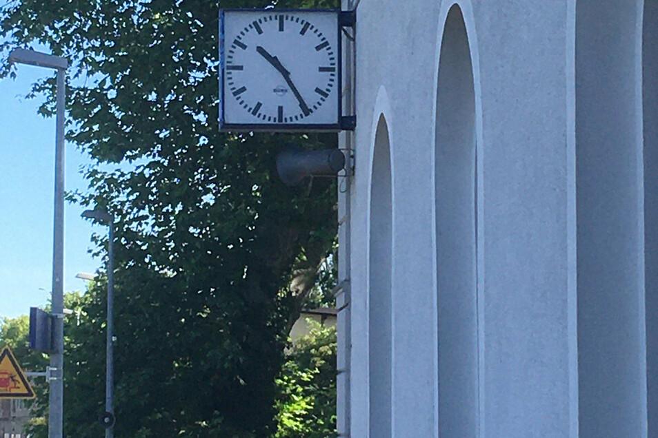 Die Uhr am Cottbuser Bahnhof geht eine Stunde vor.