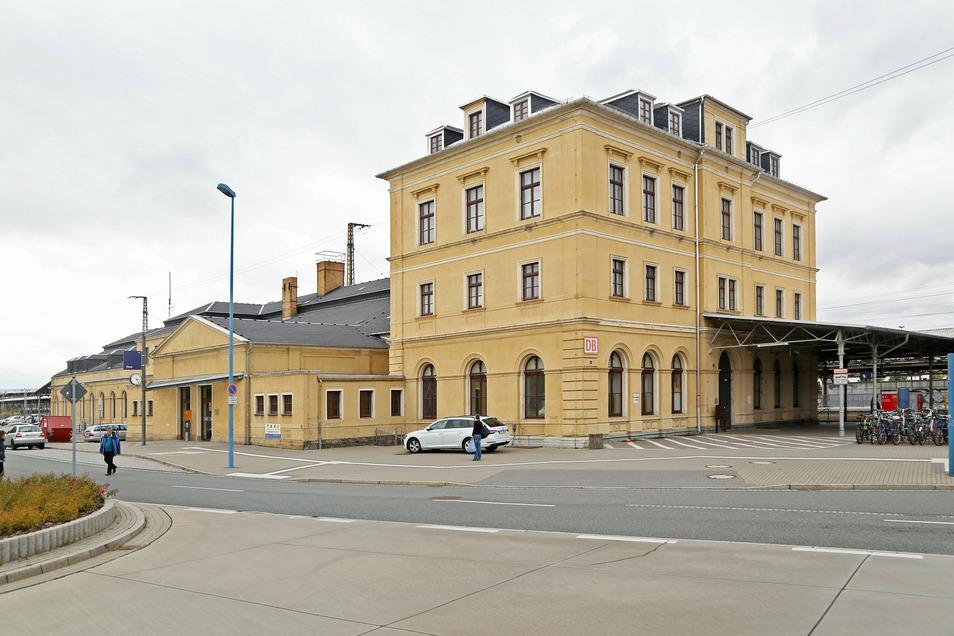 Der Riesaer Bahnhof vom Busbahnhof aus gesehen: Die Ladenflächen in der Bahnhofshalle (Eingang linke Bildhälfte) sollen umgestaltet werden.